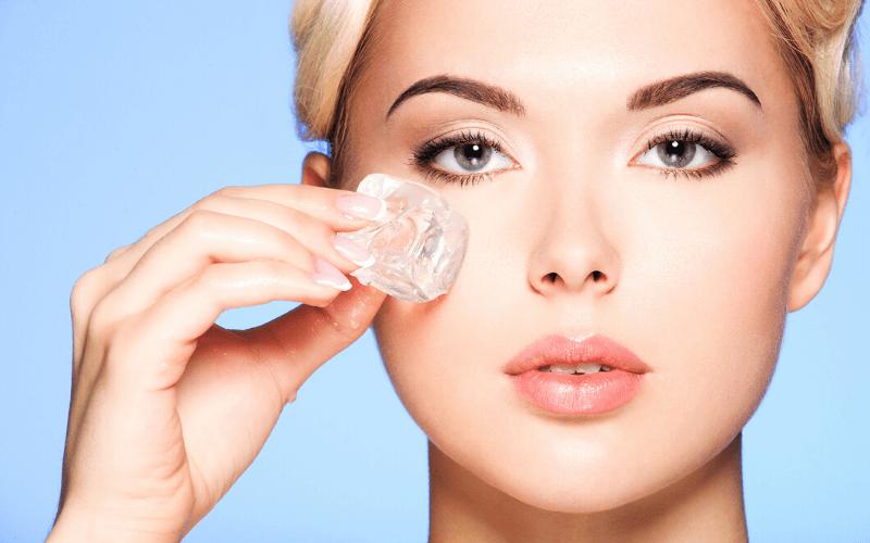 Chườm đá giúp giảm quầng thâm, bọng mắt