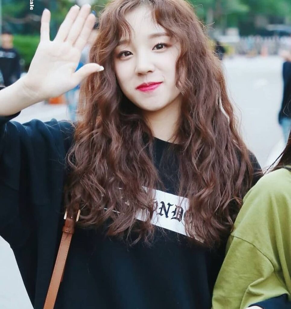 Gợi ý 4+ kiểu tóc xoăn bồng bềnh cho nàng thêm xinh 9