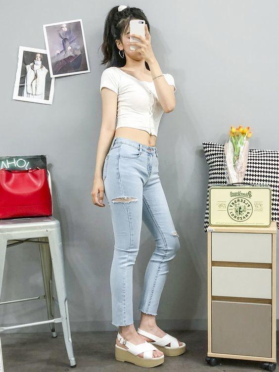 Mix áo thun trắng với quần jeans 3
