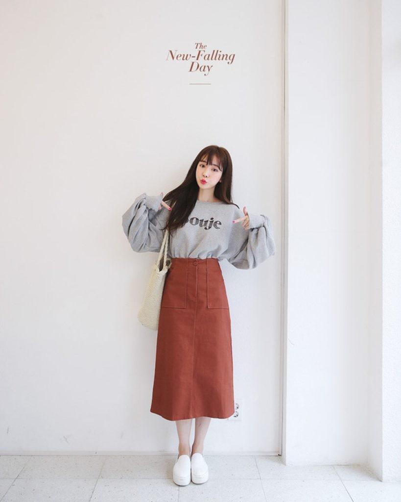Áo phông + Chân váy dài