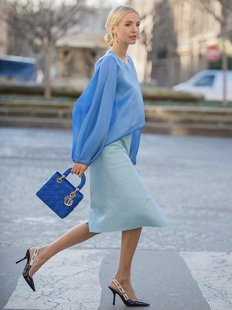 trang phục màu xanh biển _36